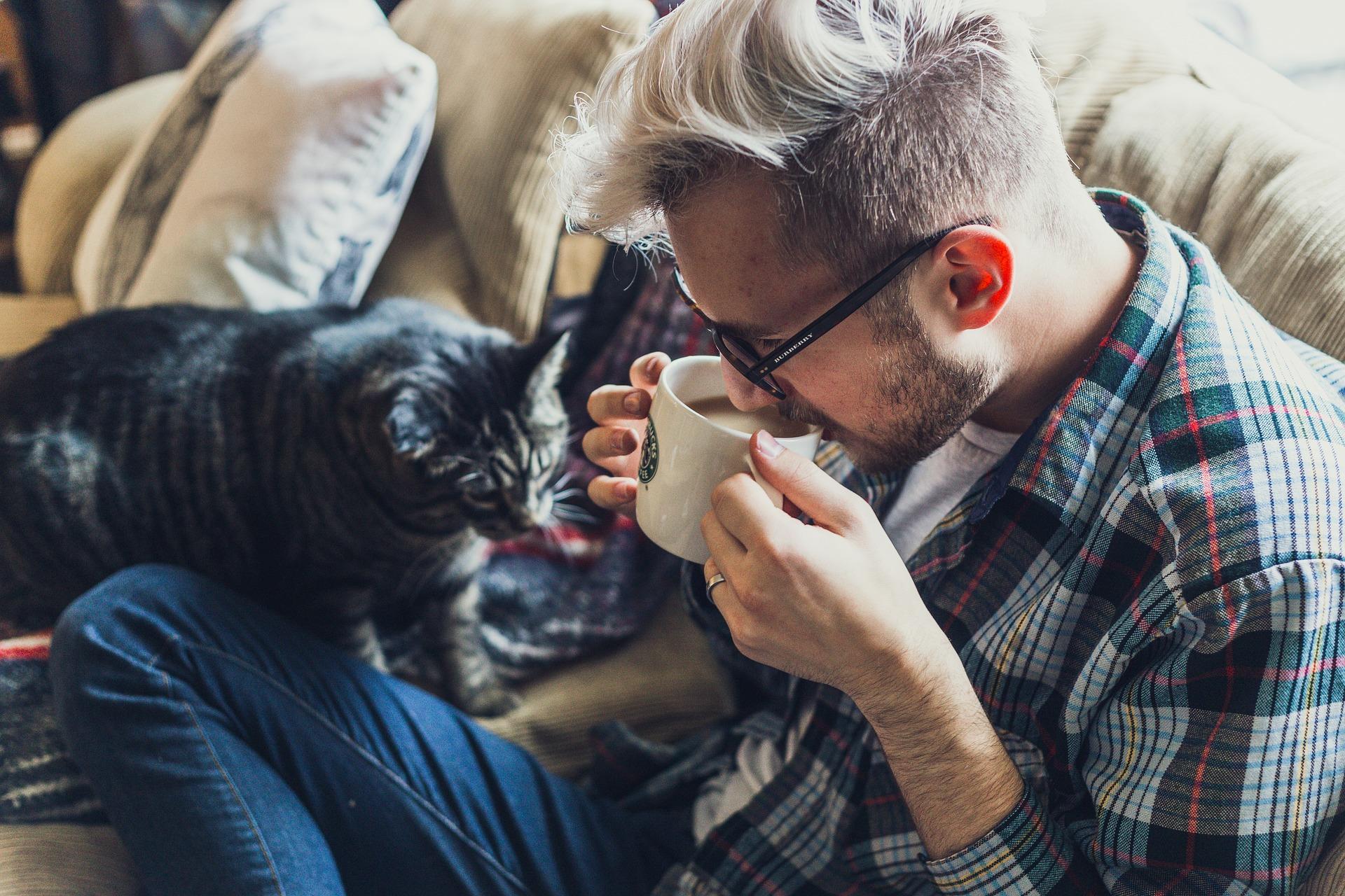شاب يشرب القهوة